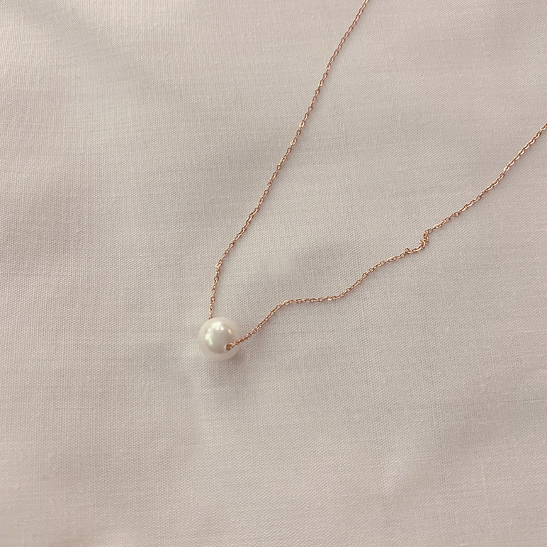 Simple peal necklace